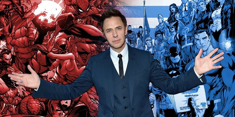 James Gunn com fundo de heróis da Marvel e DC