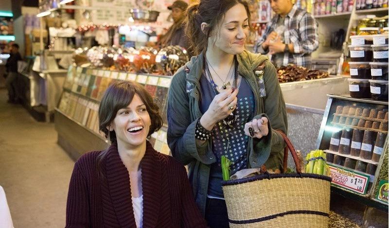 Hilary Swank e Emmy Rossum em cena de Um momento pode mudar tudo