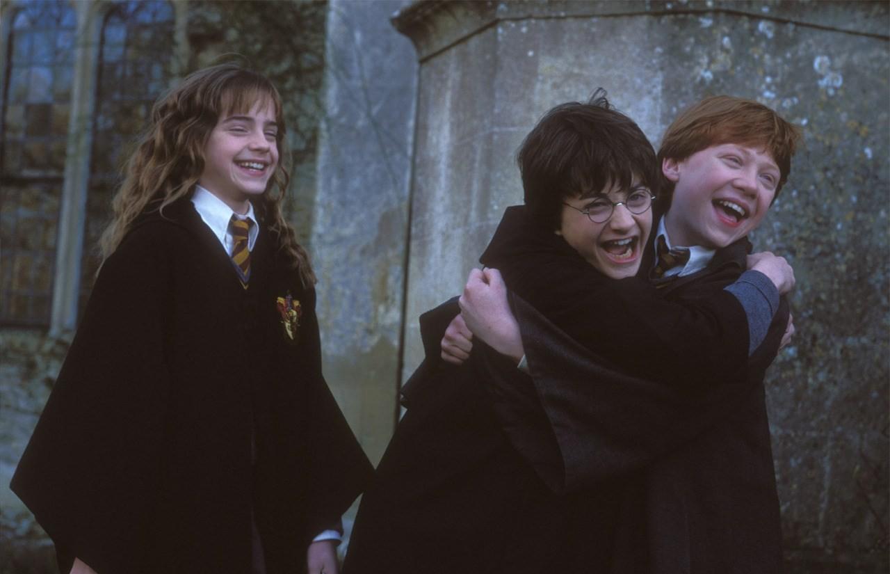 Harry Potter | Plataforma traz personalidades lendo primeiro livro da saga